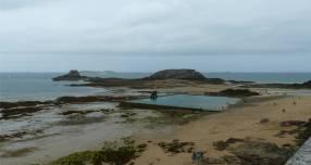 St Malo Felsen mit Schwimmbecken