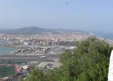 Gibraltar Autos warten Flugzeug startet