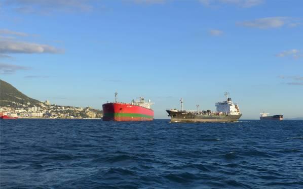 gibraltar-schiffstankstelle-bunkerboot-legt-ab