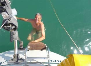 Sotogrande Nobbi beim Bootsputz