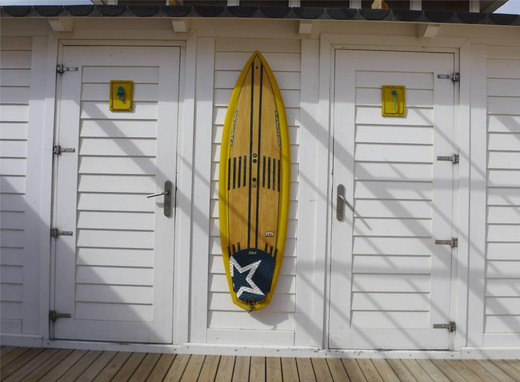 Tarifa fest in der Han der surfer