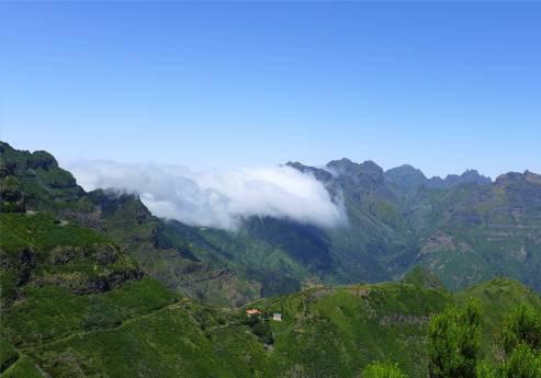 Madeira Wolken schieben sich ueber die Berge
