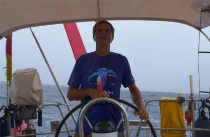 Atlantik Nobbi waescht sein Shirt am Koerper