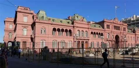 BA das rosa Haus der Präsidentenpalast mit Zaun
