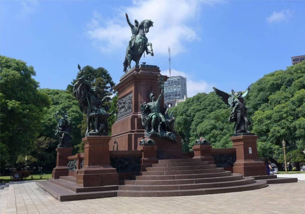 BA unzählige Statuen San Martin