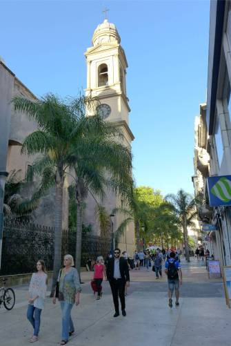 Montevideo Fussgaengerzone mit Kirche