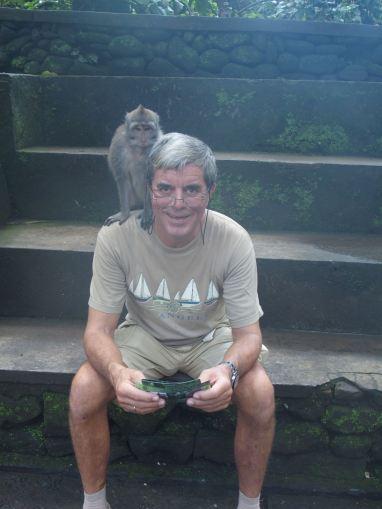 Bali Nobbi liest dem Affen vor