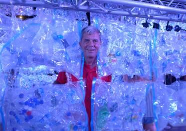 Singapore beleuchteter Plastikmüll mit neugierigem Besucher
