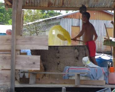 Uacari Boca Mamiraua Community Maniok wird geröstet