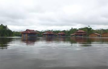 Uacari die Lodge von der Rückseite