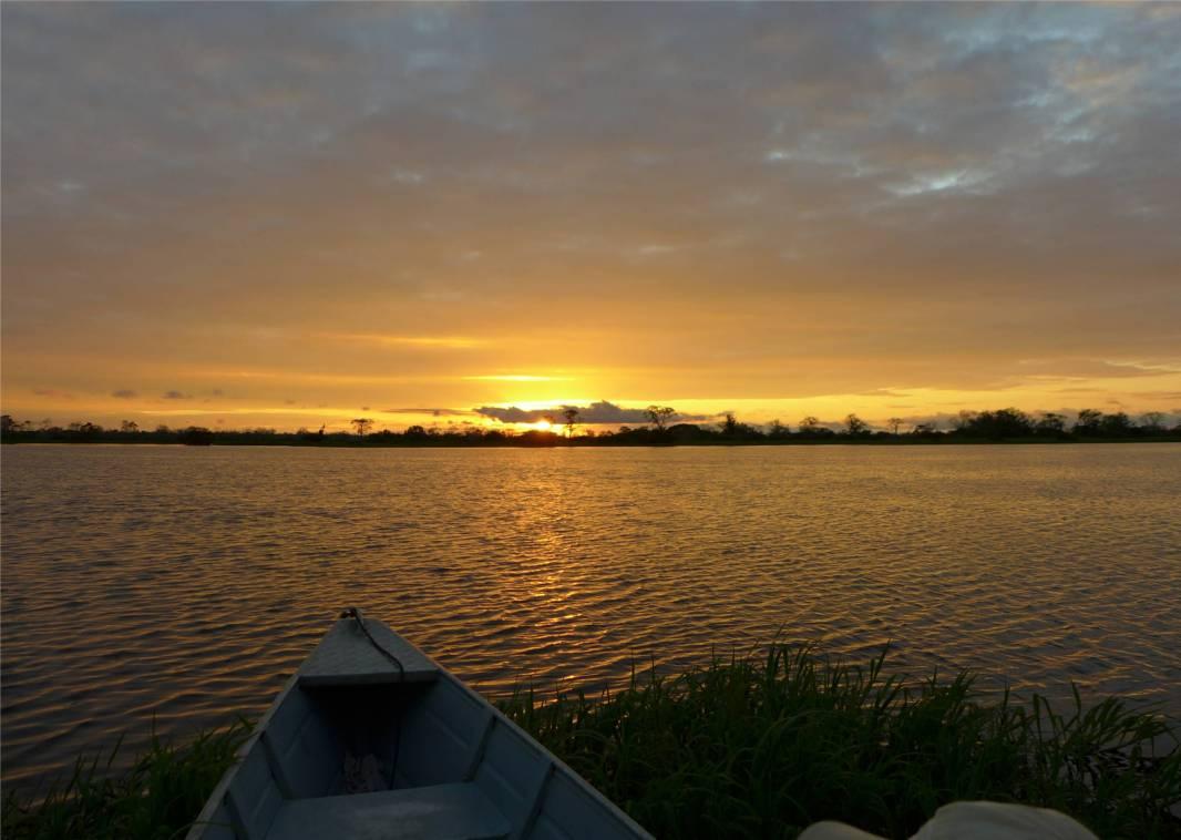 Uacari wir sitzen im Boot und warten auf den Sonnenuntergang