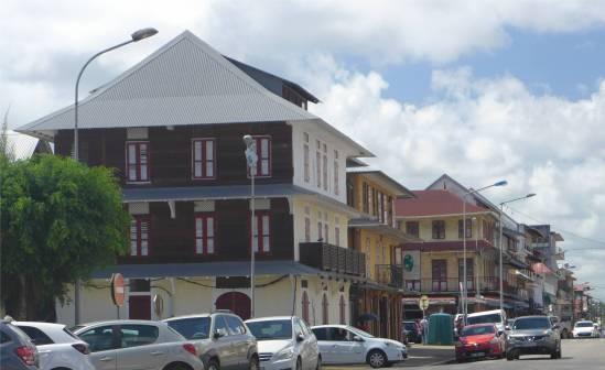 FG Cayenne Straße mit typischer Bebauung