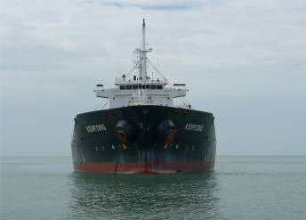FG Iles Salut Auge in Auge mit dem lütten Tanker