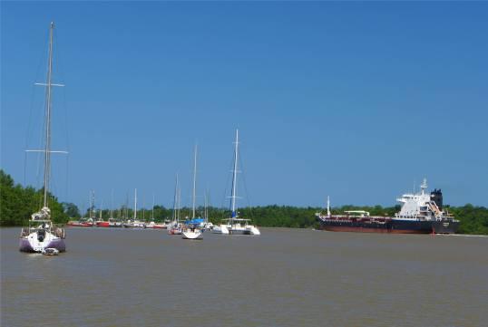 FG Kourou Tanker Marina Fluss ein Größenvergleich