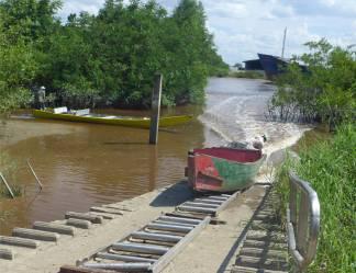 Suriname Bigi Pan das Boot muss über den Damm