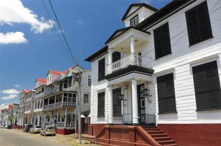 Suriname Paramaribo schöne weiß grüne Häuser