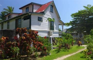 Suriname Plantagentag gepflegte Holzhäuser