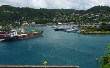 Grenada St Georges Bucht mit Containerhafen und Luxusmarina