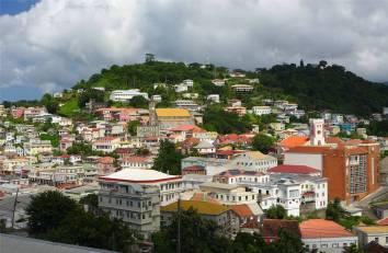 Grenada St Georges bunt auf grünen Hügeln