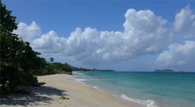 Carriacou immer am Strand entlang