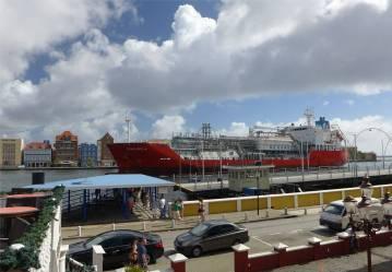 curacao ein schiff laeuft ein