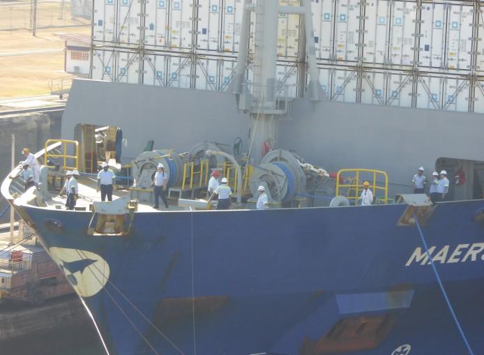 Panama Miraflores auch die grossen Schiffe brauchen Linehandler