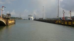 Panama SBM Kreuzfahrer auf dem Weg in die alte Schleuse