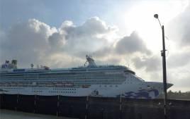 Panama SBM Kreuzfahrer Einfahrt in die Schleuse