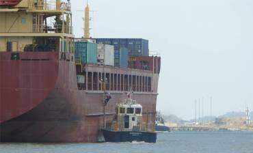 Panamakanal der Lotse kommt an Bord