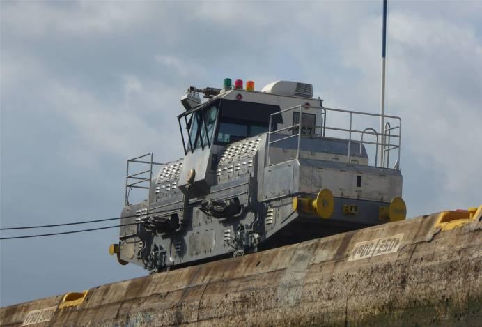 Panamakanal die Loks halten die grossen Schiffe in Position