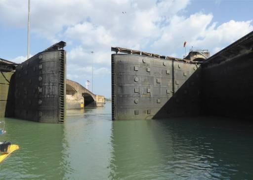 Panamakanal die Schleuse zum Pazifik oeffnet sich