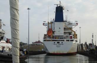 Panamakanal Gatunschleuse wir gehen hinter dem Grossen in die Kammer