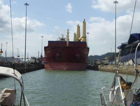Panamakanal Miraflores wir liegen vor dem Grossen in der Kammer