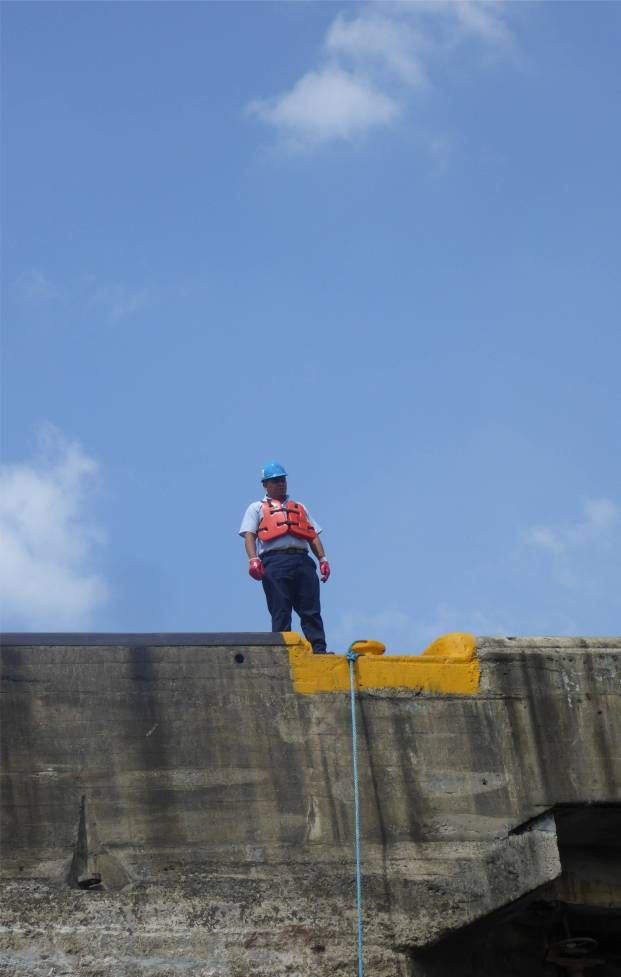 Panamakanal unsere Leinen liegen auf dem Poller