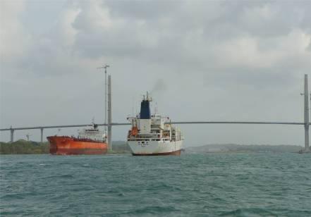 Panamakanal unter der Bruecke durch und in die erste Schleuse