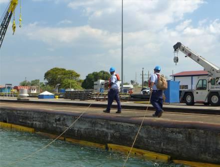 Panamakanal wir haben keine Loks unsere Leinen werden zu Fuss transportiert