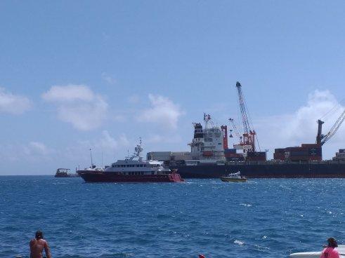 fp tahiti manch eine private yacht braucht einen lotsen2015677266172709019..jpg
