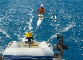 FP Bora Bora der schlaue Kanute nutzt die Mitfahrgelegenheit