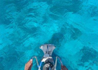 fp huahine nobbi steht am bug und lotst uns an den korallen vorbei2653358249687088989..jpg