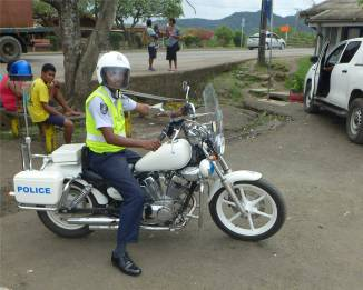 Fiji Labasa der Polizist posiert stolz fuer Nobbi