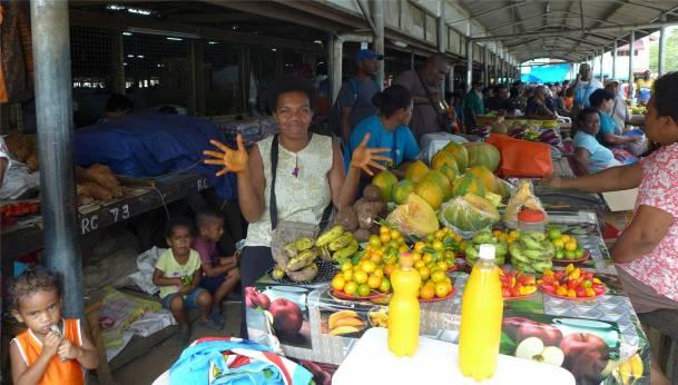 Fiji Vanua Levu ein e froehliche Marktfrau