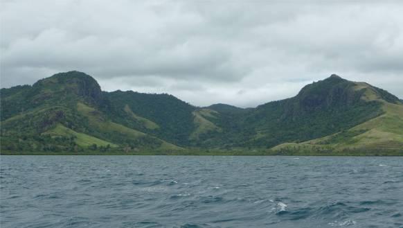 Fiji Viti Levu die Berge am Wasser sind ueber 500m hoch