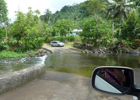 Samoa die Strasse fuehrt durch den Fluss