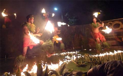 Samoa Show mit dem Feuer spielen