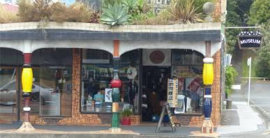NZ Kawakawa der Souvenirshop hat sich ebenfalls Hundertwasserdesin zugelegt