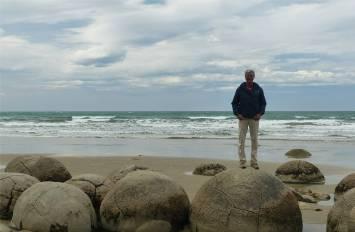 NZ Moeraki Boulders Nobbi auf den Kuegeln