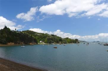 NZ Opua Coastal Walk in fast jeder Buch liegen Boote