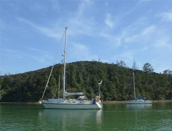 NZ Opua Mari an ihrer Boje