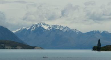 NZ Tekapo die Wolken geben den Blick auf die Berge frei