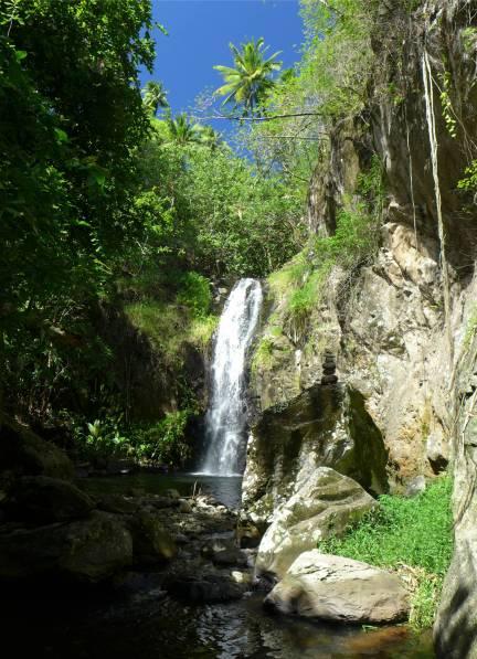 Ua Pou Hakahetau Wasserfall mit Pool